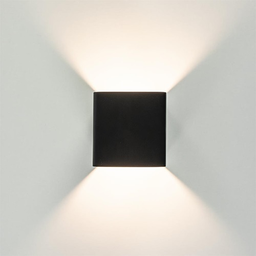 Kleine mat zwarte LED wandlamp kubus