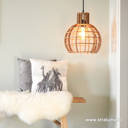 https://cdn.straluma.nl/_clientfiles/products/Detail/1128/large/11280001-Detail4-hanglamp-Globe-Lingehof-hout-woonkamer.jpg