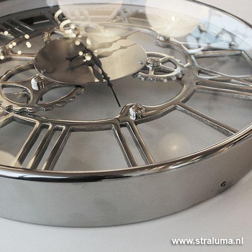 https://cdn.straluma.nl/_clientfiles/products/Detail/1221/large/12210084-detail2-Mooie-trendy-zilveren-klok-woonkamer-hal.jpg